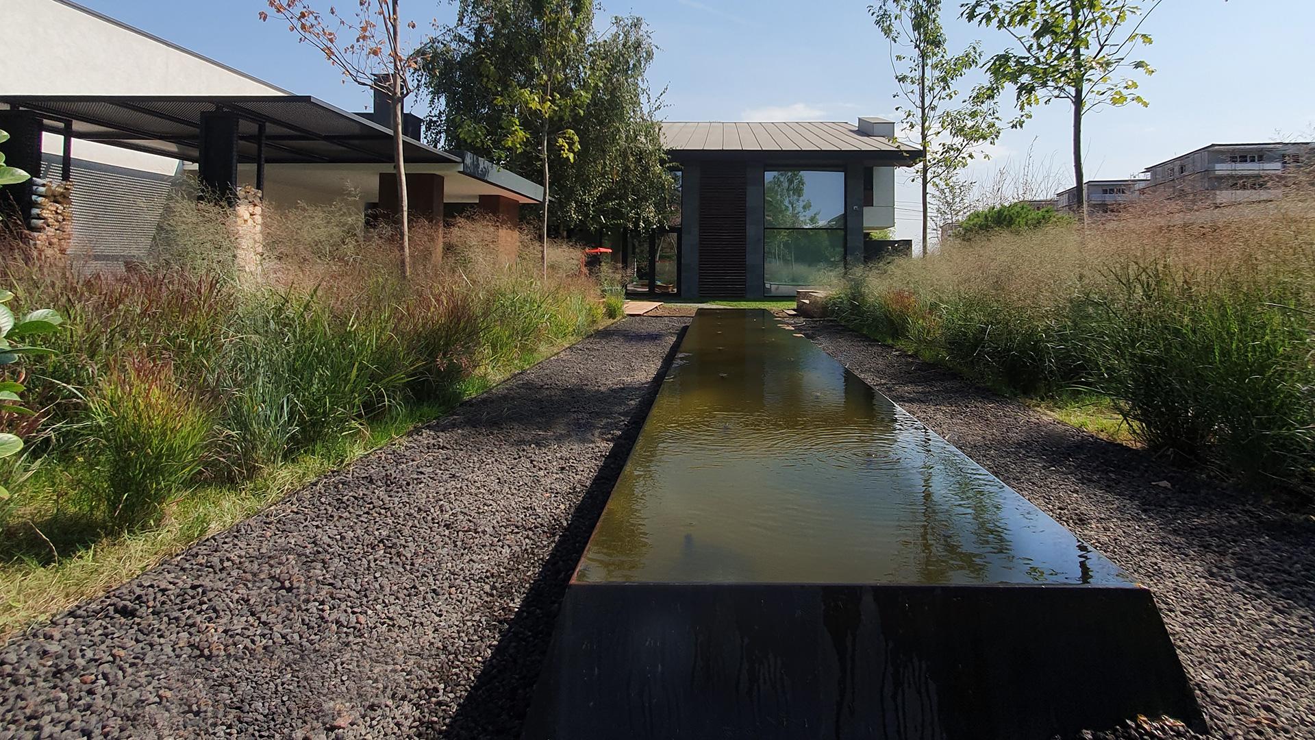 gradina cu ierburi ornamentale si bazin cu apa